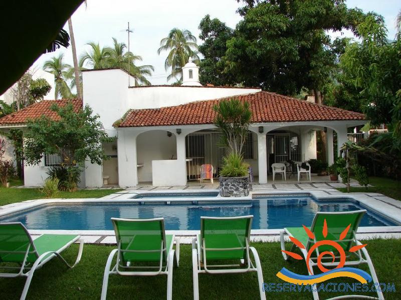 Casa con alberca y chapoteadero reservacaciones for Albercas para jardin