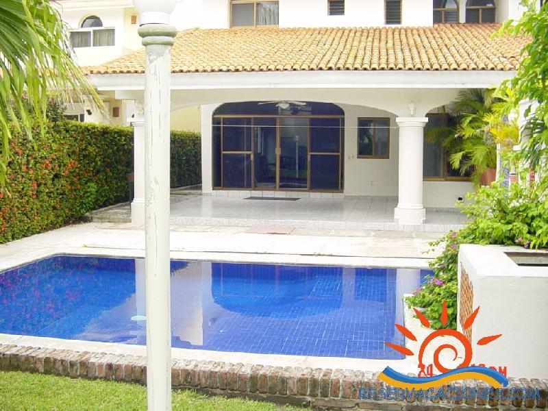 Casa de 4 recamaras alberca propia terraza 1 cuadra de for Terrazas con alberca